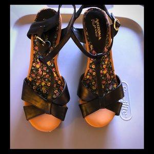 Arizona strappy wooden heel sandals EUC like new